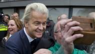 Lächeln fürs Selfie: Geert Wilders im Wahlkamp im niederländischen Spijkenisse nahe Rotterdam.