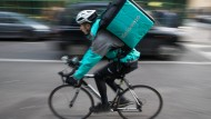 Freie Fahrt für frisches Essen: Ein Deliveroo-Kurier in London