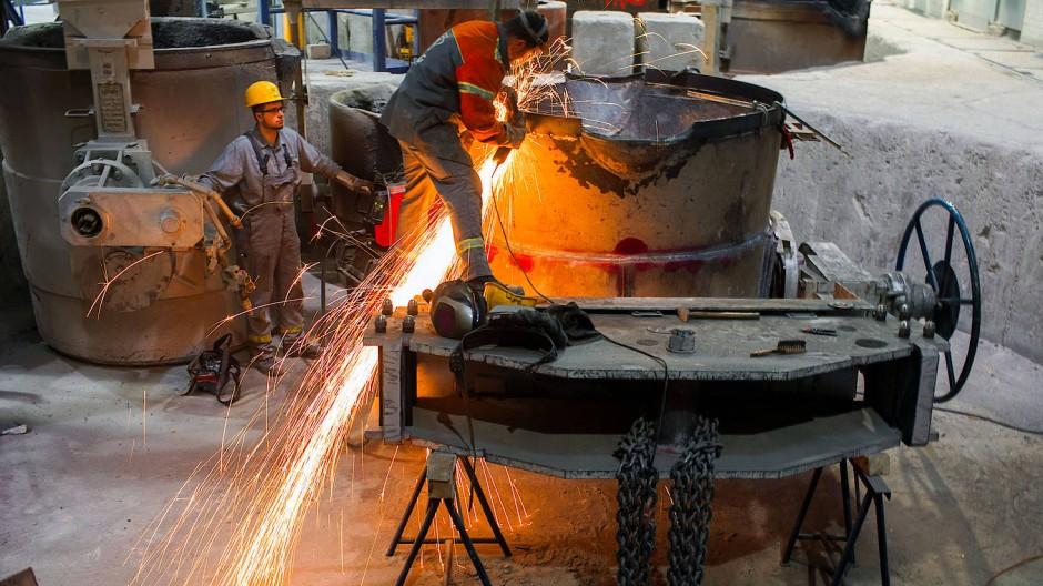 Mitarbeiter arbeiten in einer Gießerei.