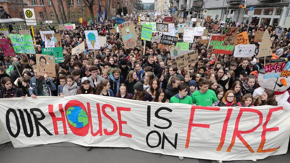 Die schwedische Schülerin Greta Thunberg neben Luisa Neubauer bei einer Demo Ende März in Berlin
