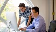 Luis van Ahn (rechts) zeigt sein Lernsystem. Der IT-Professor ist 38 Jahre alt und lehrt an der Carnegie Mellon University. Er ist außerdem Gründer und Chef der Sprachlernplattform Duolingo.