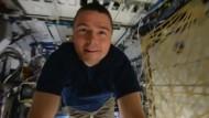 Astronaut schwebt durch die ISS