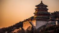 Am Sommerpalast in Peking geht die Sonne unter.
