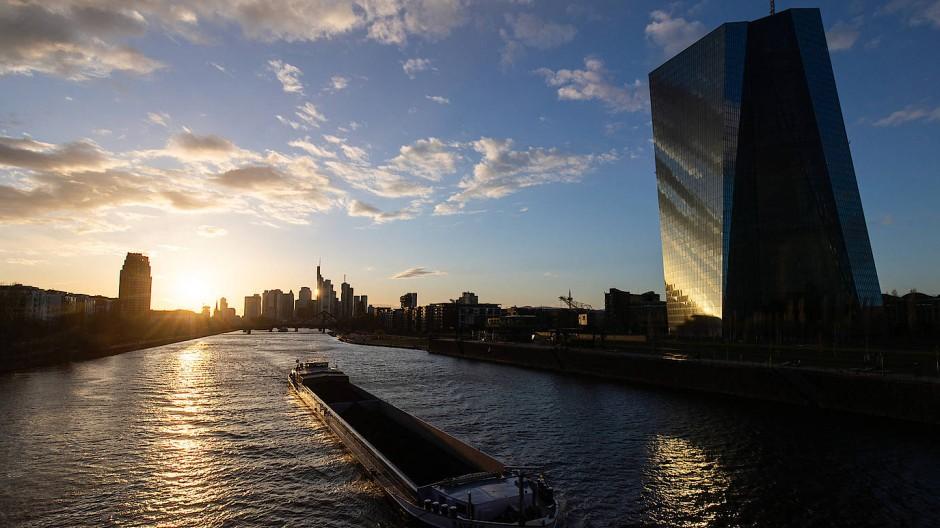 Im Schatten des EZB-Turms in Frankfurt: Die Käufe der Notenbanken dominieren die Anleihemärkte.