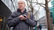 Orientiert sich mit digitalen Hilfsmitteln: Matthias Schäfer in der Stadt