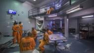 Wer von ihnen wird rückfällig? Über das Schicksal mancher amerikanischer Gefängnisinsassen entscheidet Künstliche Intelligenz mit.
