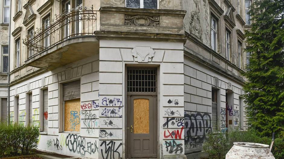 Lange Zeit störte sich kaum jemand an Geisterhäusern wie diesem in Berlin-Friedenau, das ändert sich.