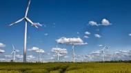 Windräder dominieren die Landschaft im Raum an der sächsischen Saale bei Naumburg und Weißenfels. Viele davon sind von Enercon aus Deutschland.