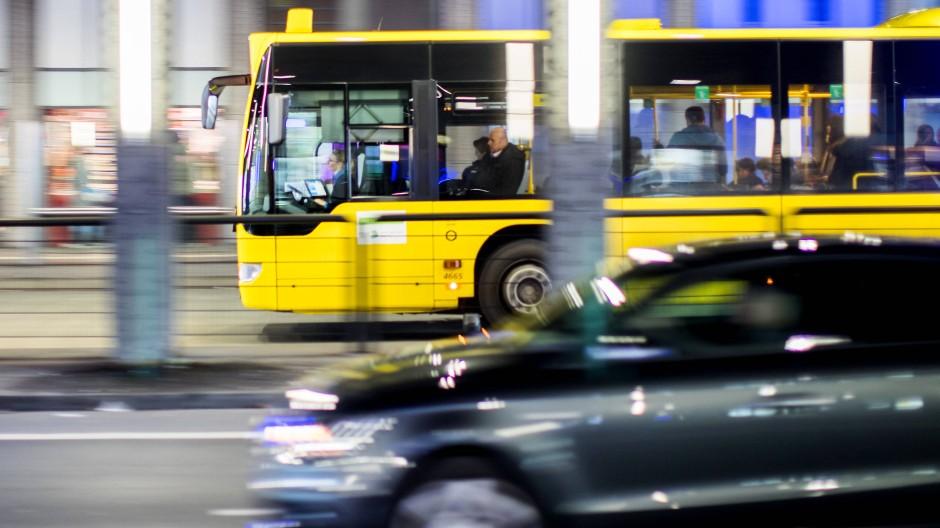 Auto oder Bus? Die Mehrheit der Deutschen ist in ihrer Auswahl eindeutig.