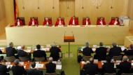 Im Juni 2013 verhandelte das Bundesverfassungsgericht unter seinem Präsidenten Andreas Voßkuhle (M.) über das OMT-Programm. Auch Bundesfinanzminister Wolfgang Schäuble war mit dabei.