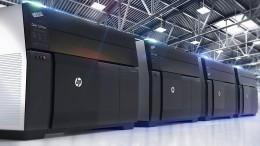 Ein Drucker, aus dem Autoteile kommen
