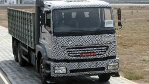 Ein Lastwagen aus der roten Wüste Indiens