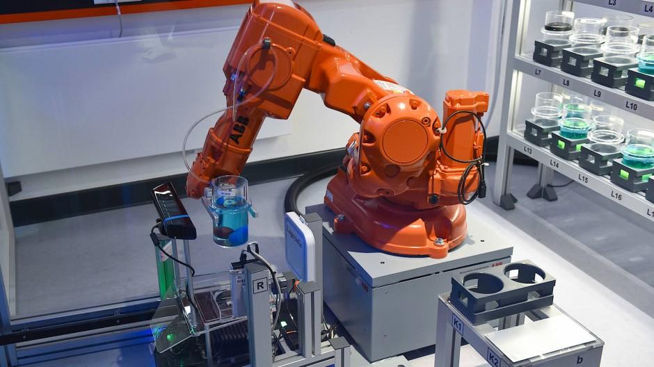 Die Automatisierung schreitet in bestimmten Berufen besonders schnell voran. Hier ein Roboterarm aus einer vollautomatisierten Modellfabrik an der Uni Kassel.
