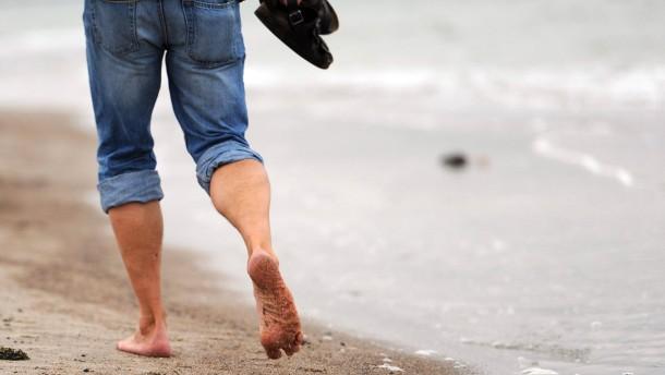 Barfuß unterwegs am Strand