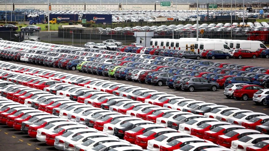 Autos stehen an einem Terminal in der mexikanischen Hafenstadt Veracruz.