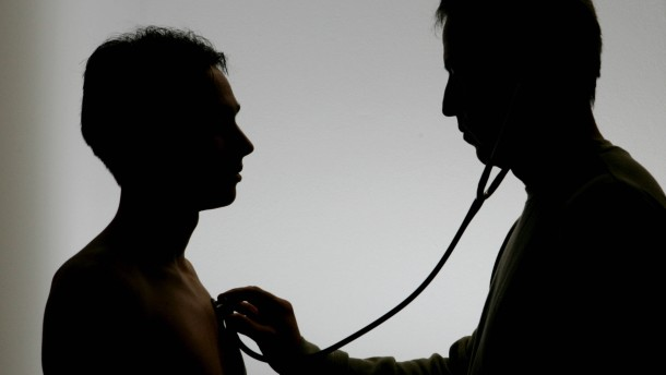 Arzt untersucht Patienten
