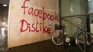 """Der Schriftzug """"Facebook dislike"""" am Facebook-Bürogebäude in der Innenstadt von Hamburg"""