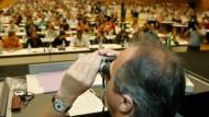 Alles im Blick: Ein Prüfungsbeobachter überwacht den Eignungstest für das Medizinstudium in Wien.