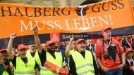 Auf Konfrontationskurs: Mitarbeiter der Neuen Halberg Guss demonstrieren am vergangenen Donnerstag in Frankfurt.