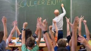 Kauder will befristete Lehrer-Verträge abschaffen