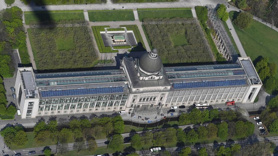 Von der Staatskanzlei in München aus regiert die CSU Bayern und macht Politik auf der ganzen Welt.