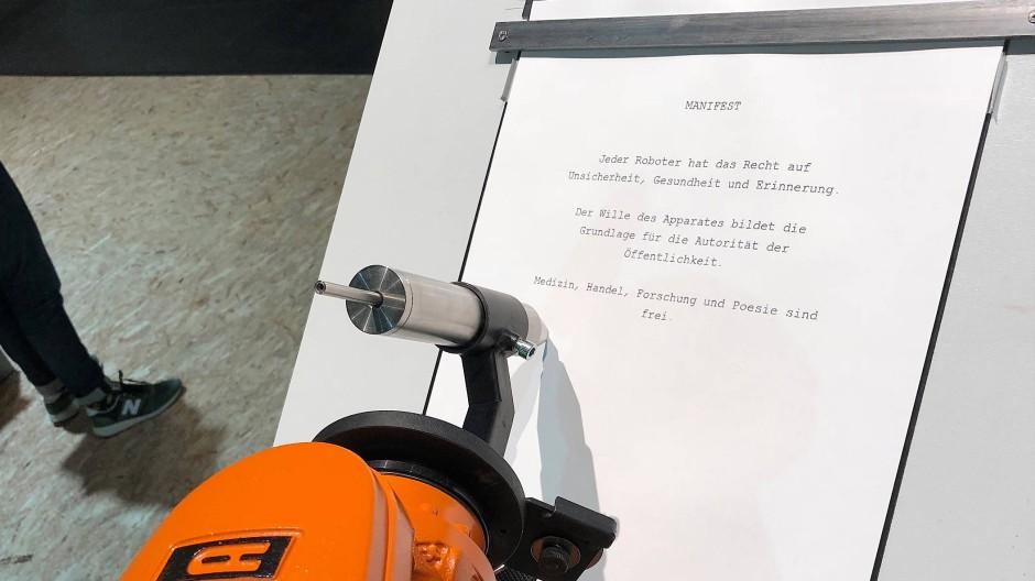 Der Roboterarm von Kuka bringt ein Manifest aufs Papier.