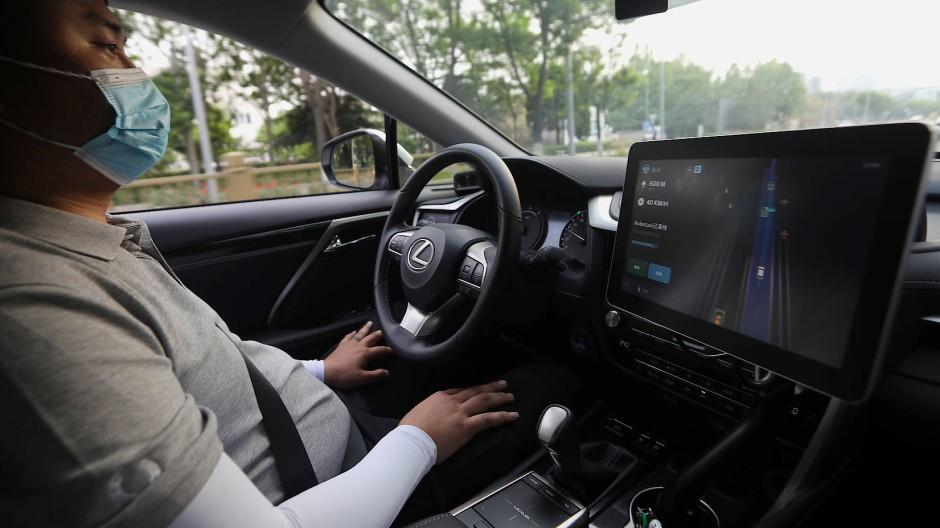 Hände weg vom Lenkrad: Am Ende soll die weitere Vernetzung der Autos automatisiertes Fahren ermöglichen.