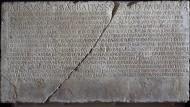 Heute halten wir Daten auf Festplatten fest - Doch sind unsere Daten auch so unvergänglich, wie zum Beispiel die heiligen Gesetze vom Tempel des Jupiter Libero, gemeißelt in Stein?