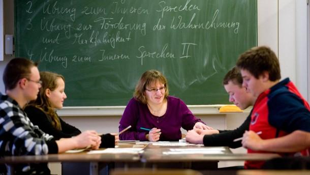 Berufseinstiegsbegleiter  - auch Bildungslotse genannt hilft,  hauptamtlich angestellt von der Agentur für Arbeit oder des Bundesarbeitsministerium, Schülerinnen und Schüler der siebten Klassen bei der Berufswahl und hilft bei den Stellenbewerbungen
