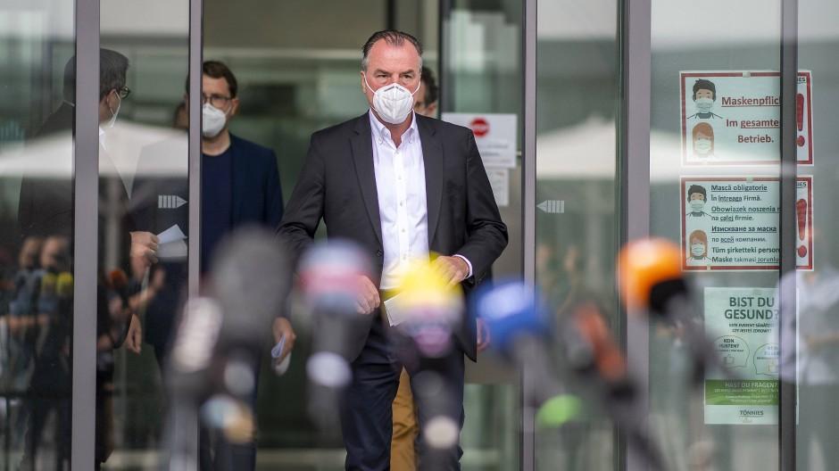 Clemens Tönnies auf der Pressekonferenz zum Corona-Ausbruch im Fleischwerk im Juni 2020