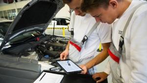 Mit dem Tablet an der Motorhaube