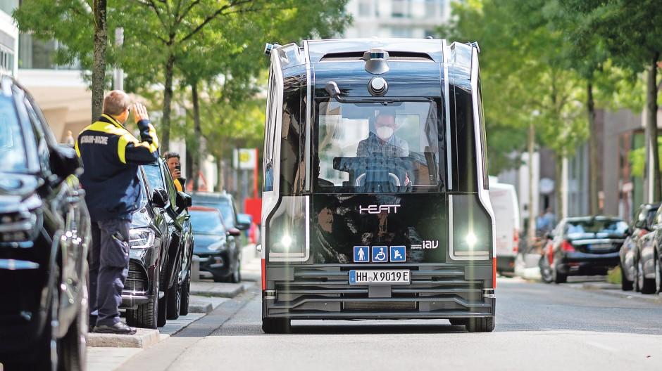 Allein unterwegs: Der Roboterbus HEAT fährt in der Hamburger Hafencity – mit Sicherheitsfahrer, falls die Technik streikt.