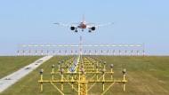 Billigflieger im Anflug: Ein Flugzeug der Gesellschaft Easyjet landet.