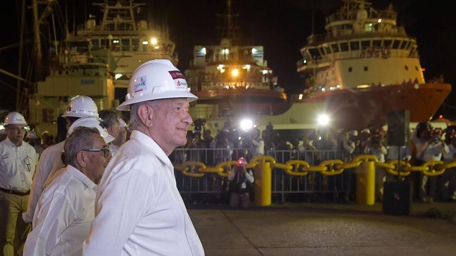 Mexikos Präsident Lopez Obrador besichtigt den Bau einer neuen Raffinerie.