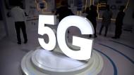 Netzausbau als Staatsräson: 5G steht in Leuchtbuchstaben am Stand des chinesischen Glasfaserkabelherstellers YOFC auf der PT Expo, einer Veranstaltung des chinesischen Ministeriums für Industrie un Informationstechnologie.