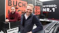Jan Dinter und Oliver Meiser vor ihren Streetfood-Trucks in Frankfurt.