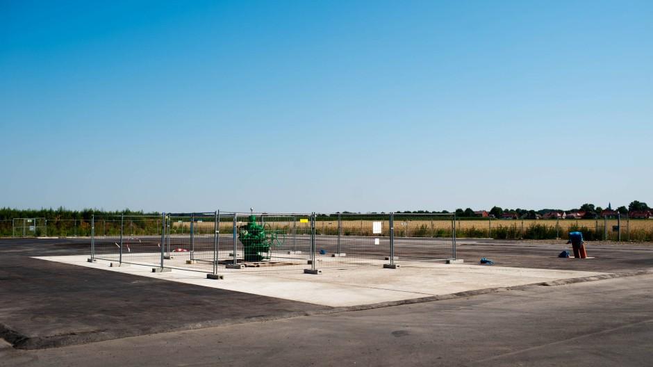 Kaum etwas zu sehen: Eruptionskreuz über einem Bohrloch auf dem Bohrungsgelände für Fracking in Barnstorf