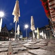 Alles zu: Geschlossene Sonnenschirme vor einem Restaurant am Frankfurter Römer