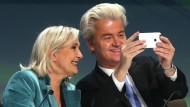 Gut gelaunt: Marine Le Pen und Geert Wilders rechnen sich gute Chancen für die jeweiligen Wahlen im kommenden Jahr aus.