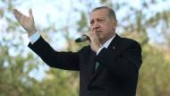 Der türkische Präsident Erdogan spricht vor Anhängern in Bayburt an diesem Freitag.