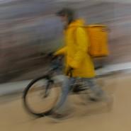 Gehörten auch vor der Pandemie schon zum Straßenbild Moskau: Fahrrad und E-Roller und fahrende Kuriere des Yandex-Essenslieferdienstes, der mittlerweile 20.000 Restaurants der Hauptstadt umfasst.
