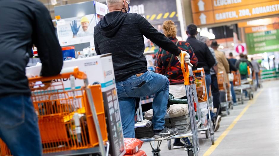 Warten mit Einkaufswagen: Bayern kündigt die Öffnungen von Baumärkten an.