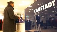 Eine Frau an der Kasse eines Karstadt-Warenhauses in Essen.