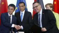 Qi Lu (links) war im Juni bei der Kanzlerin gemeinsam mit Chinas Ministerpräsident Li Keqiang und Bosch-Manager Dirk Hoheisel.