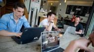 Gäste arbeiten in Berlin im Cafe St. Oberholz an ihren Laptops im Internet. Im Streit um ein neues Telemediengesetz haben Union und SPD den Weg für offene private W-Lan-Hotspots in Deutschland freigemacht.