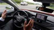 Noch sitzen zur Sicherheit immer Testfahrer hinter dem Lenkrad selbstfahrender Autos.