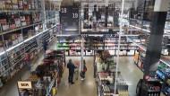 Kunden kaufen in einem Metro-Großmarkt in Düsseldorf ein.