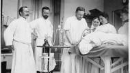 Da war die Technik noch weniger fortgeschritten: das Roth-Dräger Narkosegerät aus dem Jahr 1902.