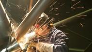 Da sprühen die Funken: Die deutsche Wirtschaft wächst schneller und die Manager sind optimistischer.