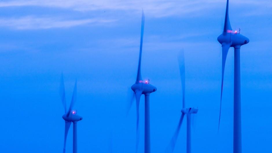 Mecklenburg-Vorpommern, Kladrum: Windkraftanlagen drehen sich vor Sonnenaufgang in einem Windpark.